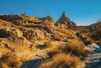 Вид на большой песчаный холм сухой в безоблачный солнечный день. — стоковое фото
