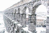 Vista exterior do aqueduto nevado de Segóvia — Fotografia de Stock