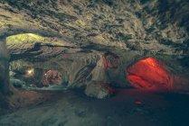 Vista a percorsi e passaggi illuminati in grotta di pietra . — Foto stock