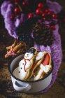 Arreglo de galletas de Navidad sobre mesa de madera . - foto de stock