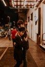 Sensuale coppia abbracciare su sera strada scena — Foto stock