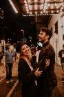 Pareja romántica que se divierten en la calle de noche - foto de stock