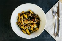 Gegrillte Hähnchenbruststreifen mit Gemüse auf Platte — Stockfoto