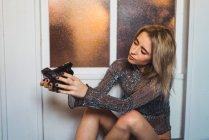 Jeune femme blonde prenant selfie avec caméra — Photo de stock