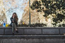 Woman sitting and reading book in park — Stock Photo
