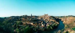 Vista panorámica a la ciudad pequeña en las montañas soleadas en día despejado. - foto de stock