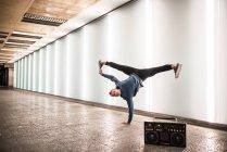 Glücklich Jüngling tanzen auf der einen Seite mit Vintage Radio Kassette Stereoanlage auf Straße — Stockfoto