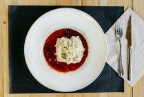 Merluzzo con salsa di panna e pomodoro in zolla — Foto stock