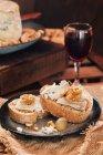 Nahaufnahme der Scheiben Brot mit Käse und Wein — Stockfoto