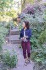 Молода жінка з лісовими ягодами — стокове фото