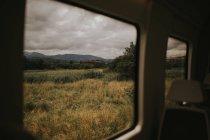 Ve el seco Prado en día nublado de coche - foto de stock