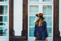 Femme élégante joyeuse au chapeau à la scène de rue — Photo de stock