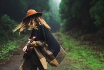 Expressive woman playing ukulele in nature — Stock Photo