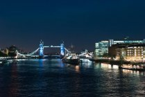 Bright lights of London city glowing in night on embankment. — Stock Photo
