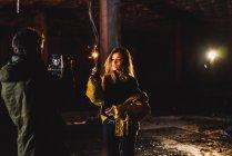 Резервного зору фотограф, що приймають знімки досить стильний жінка з освітлення sparkler в покинутій будівлі. — стокове фото