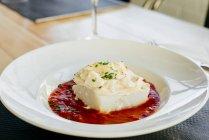 Chiuda sulla vista di merluzzo con salsa di panna e pomodoro in zolla — Foto stock