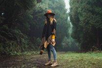 Donna affascinante in posa con ukulele in natura — Foto stock