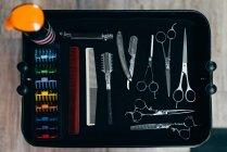 Von oben Blick auf professionelle Scheren und Kämme für Friseur — Stockfoto