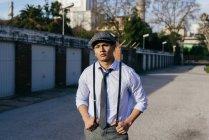 Homme élégant à casquette vintage posant sur la rue — Photo de stock