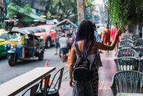 Vista posterior de la mujer con el pelo morado caminando en la calle - foto de stock