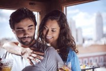 Romántico pareja con jugo y abrazando en casa - foto de stock