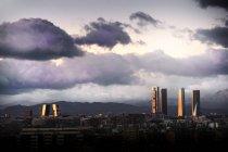 Vista a rascacielos bajo dramático cloudscape - foto de stock