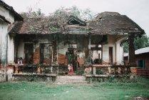 Laos, les 4000 îles zone: Kids standing proche maison ancienne démolie dans le village d'asiatique. — Photo de stock