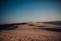 Leeren Sandstrand mit Dünen im sonnigen Abend. — Stockfoto