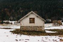 Kleines Haus mitten in Winterlandschaft — Stockfoto