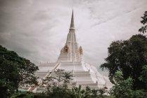 Voir à la grosse flèche de pagode traditionnelle blanche à gris nuageux. — Photo de stock