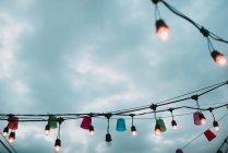Luci colorate nel villaggio sopra il cielo drammatico — Foto stock