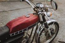 Récolte moto rouge vintage sur route asphaltée . — Photo de stock