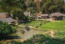 Vue distante du village oriental à la forêt tropicale — Photo de stock