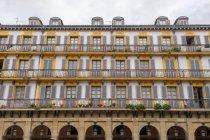 Внешний вид традиционного белого и желтого дома на улице города. — стоковое фото
