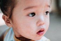 NONG KHIAW, LAOS: ritratto di un bambino locale che guarda altrove . — Foto stock