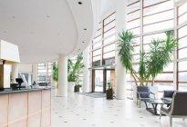 Vista interior do hall de entrada grande no hotel — Fotografia de Stock