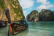 Две лодки пришвартованы на берегу залива океана — стоковое фото