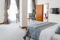 Interno della camera con letto bianco e blu — Foto stock