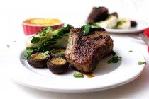 Verdure e deliziosa bistecca guarnire in piastra — Foto stock