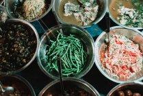 Dall'alto di ciotole con antipasti tradizionali asiatici sul contatore — Foto stock