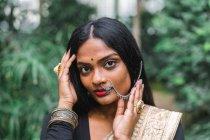 Молодая женщина в индийской этнической одежде смотрит в камеру — стоковое фото