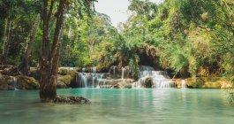 Vista del livello superficiale della cascata tropicale che scorre — Foto stock