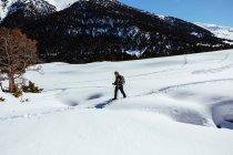 Seitenansicht des Menschen zu Fuß durch den Schnee — Stockfoto