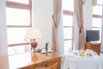 Hotel Zimmer mit Frühstück — Stockfoto