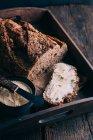 Pane casereccio con burro sul cassetto di legno — Foto stock
