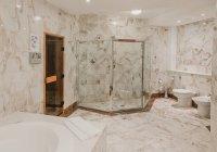 Découvre à l'intérieur de salle de bain de luxe avec des murs carrelés de marbre — Photo de stock