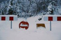 Verbotsschilder an Zaun in verschneiter Natur aufgestellt — Stockfoto