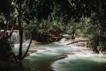 Мальовничим видом на водоспад каскадом в тропічному лісі — стокове фото