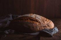 Frisches Bauernbrot auf dunkler Leinwand — Stockfoto