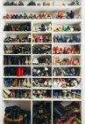 Tiro de quadro cheio de prateleiras com sapatos diferentes — Fotografia de Stock